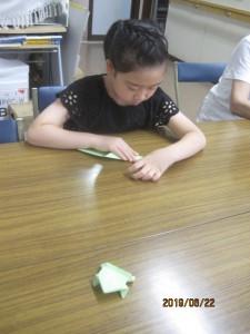 チャイムの後で色紙でピョンピョンカエルをおり 誰が早いか競争をしました。